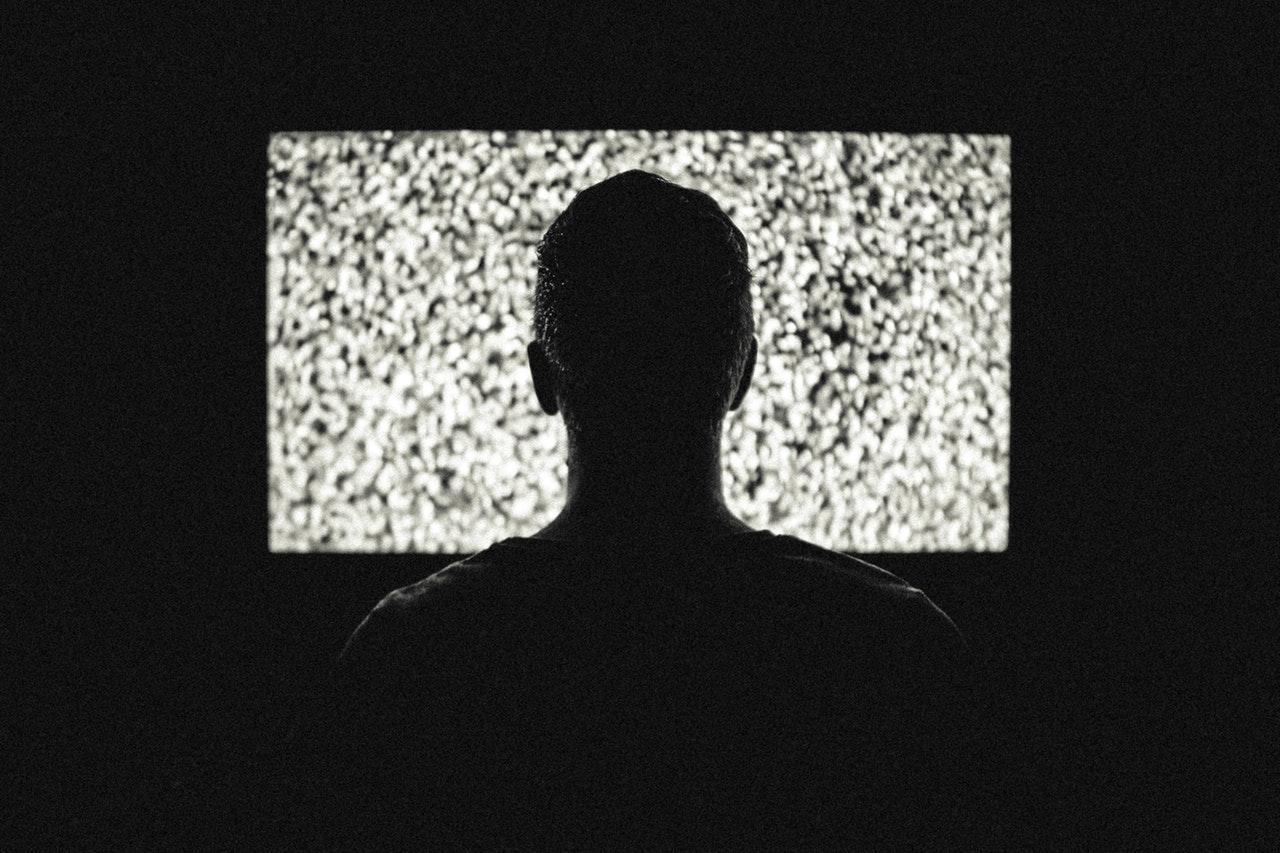 En som tittar på TV